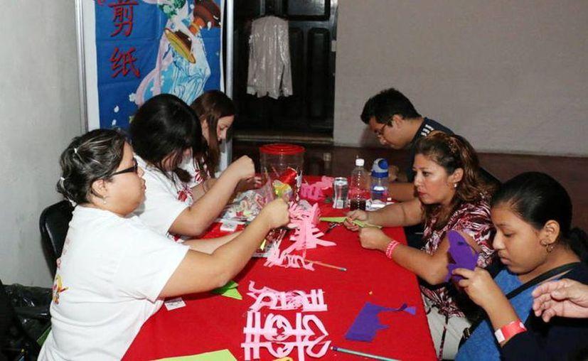 La milenaria cultura china llama la atención de estudiantes yucatecos. Imagen del curso de papel picado en el Instituto Confucio de la Uady. (Milenio Novedades)