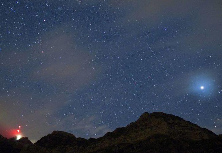 Descubren una misteriosa estrella que reduce su luminosidad una vez cada 70 años. En la foto, vista de una estrella fugaz sobre el monte Saentis Schwaegalp (Suiza). (EFE/Archivo)