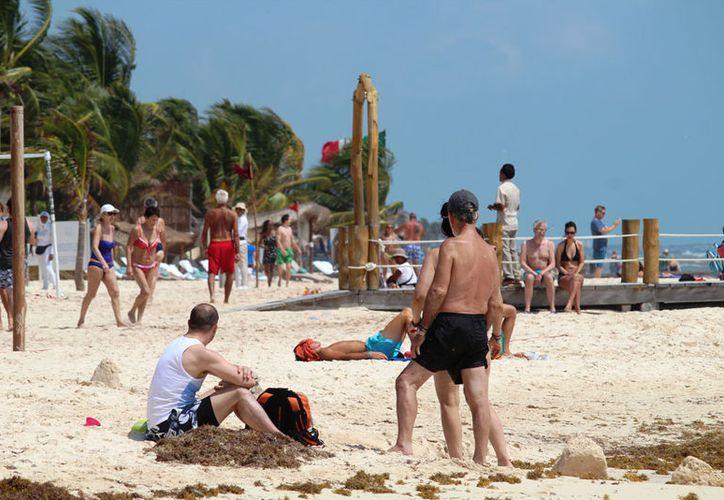 Hay 16 guardavidas en las playas de la ciudad, además del personal de los hoteles. (Octavio Martínez/SIPSE)