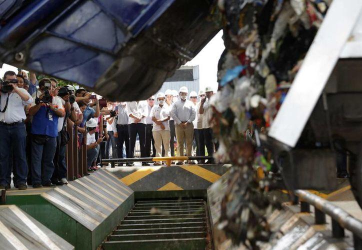 En la inauguración se ofreció una muestra de cómo funciona la planta de separación de basura en Mérida. (SIPSE)