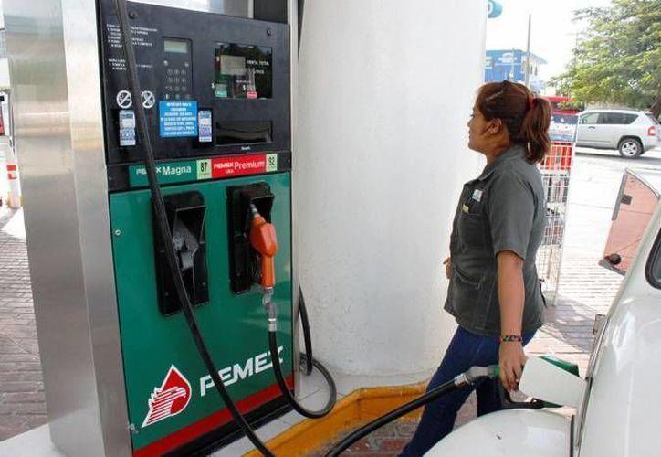El aumento a la gasolina es una de las 168 medidas propuestas para combatir la contaminación en la Ciudad de México. (Notimex)