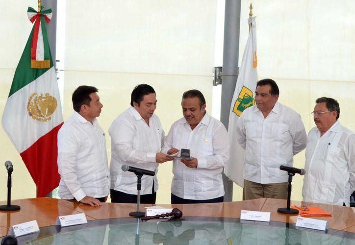 En el centenario de la Constitución Mexicana y, en particular, de su  artículo 3º, la SNTE reconoció con una medalla la labor del Poder Judicial del Estado de Yucatán. (Foto cortesía del Gobierno)