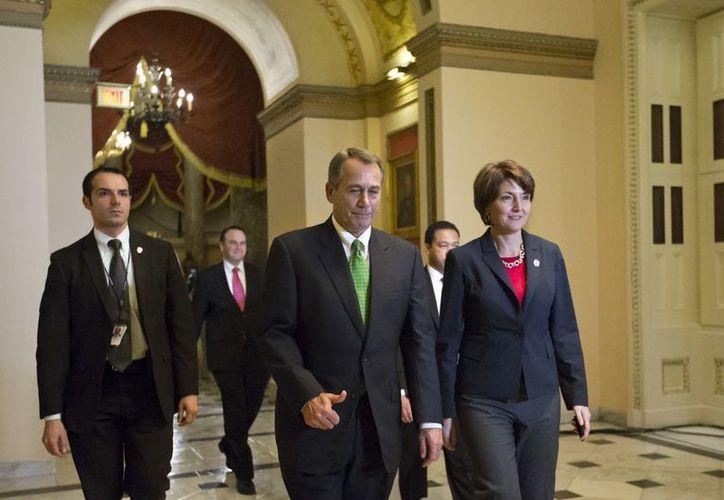 """Funcionarios reunidos en la Casa Blanca para tratar el caso del """"precipicio fiscal"""". Boehner (i) advirtió que ahora la atención estaba puesta en el gasto. (Agencias)"""