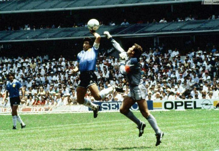 Los goles de Maradona tuvieron como testigos a 114 mil 580 aficionados que estaban en el estadio Azteca, aquel memorable 22 de junio de 1986. (Archivo/Agencias)