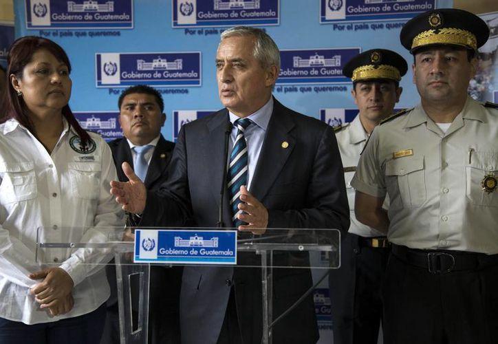 El presidente de Guatemala, Otto Perez Molina, en conferencia de prensa acompañado por la ministra de Interior, Eunice Mendizábal, y los jefes de la policía, en el Ministerio del Interior. (Agencias)
