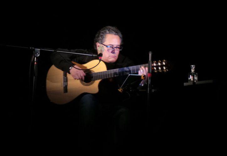 El trovador cantó algunos temas de su nuevo material discográfico. (Jocelyn Díaz/SIPSE)