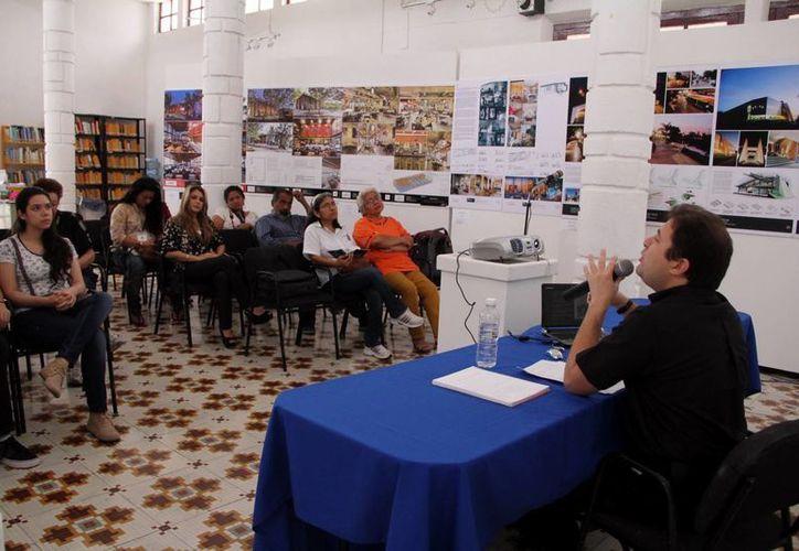 Alumnos, maestros y público en general disfrutaron de la conferencia  a cargo del antropólogo y lingüista, Gonzalo Rosado García. (Milenio Novedades)