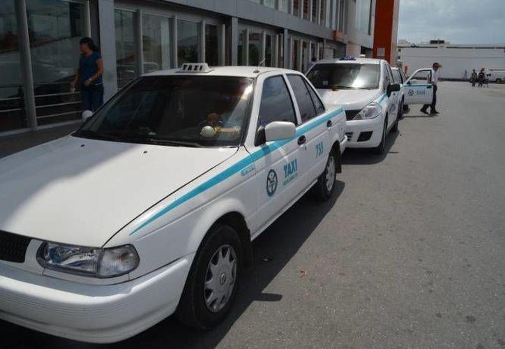 Los taxistas playenses solicitan el aumento de las tarifas del transporte, ya que con el aumento de la gasolina, no les alcanza. (Redacción/SIPSE)