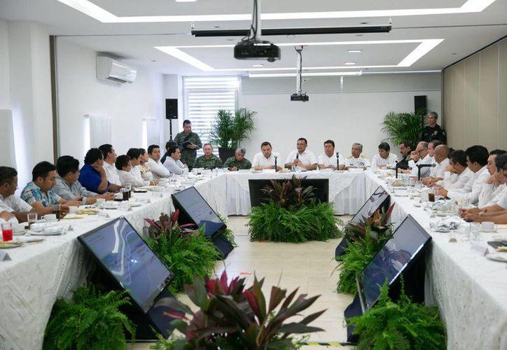 Imagen de contexto de una reunión del gobernador Rolando Zapata Bello y el Secretario de Gobierno Roberto Rodríguez con alcaldes de varios municipios que se sumaron a la iniciativa Escudo Yucatán. (Archivo/Milenio Novedades)