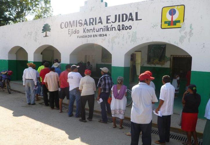 La entrega de recursos se realizó en la Comisaría Ejidal. (Raúl Balam/SIPSE)