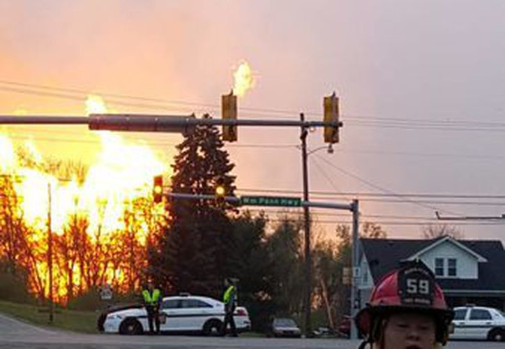 Flamas originadas por una explosión de gas natural en un complejo de gasoductos en Greensburg, Pennsylvania. La causa de la explosión no fue aclarada de inmediato. (AP)