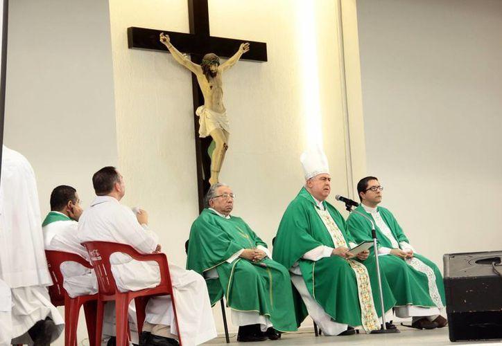 El Arzobispo de Yucatán, Emilio Carlos Berlie Belaunzarán presidió la misa de la Asamblea Diocesana de Pastoral. (Jorge Acosta/SIPSE)