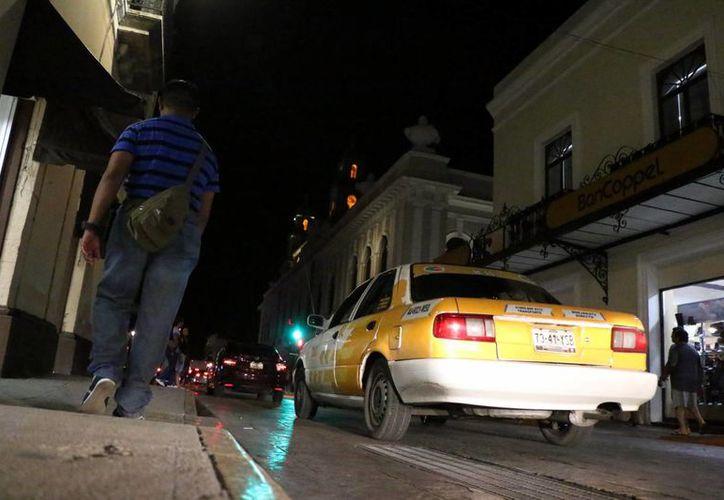 La nueva agrupación de conductores independientes repartió tarjetas a los transeúntes, en el Centro Histórico. Imagen de contexto de un taxímetro en Mérida. (Milenio Novedades)