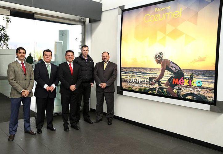 Autoridades municipales y de turismo atestiguaron la instalación de los espectaculares en el Aeropuerto de la Ciudad de México. (Redacción/SIPSE)