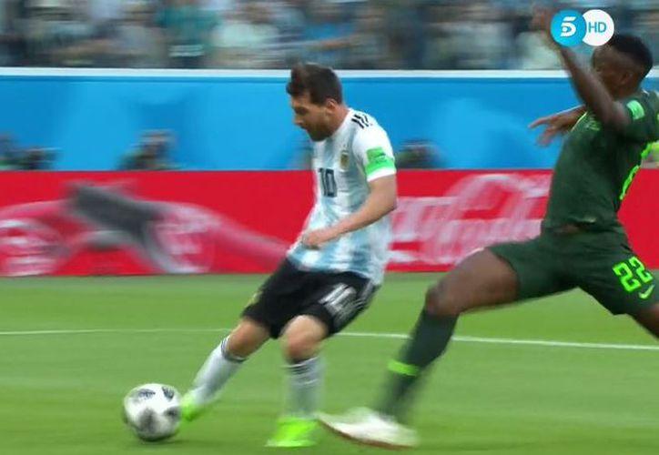 Momento exacto en que Messi conecta a gol. ¡Y fue con la derecha! (Foto: Twitter @,Marca)