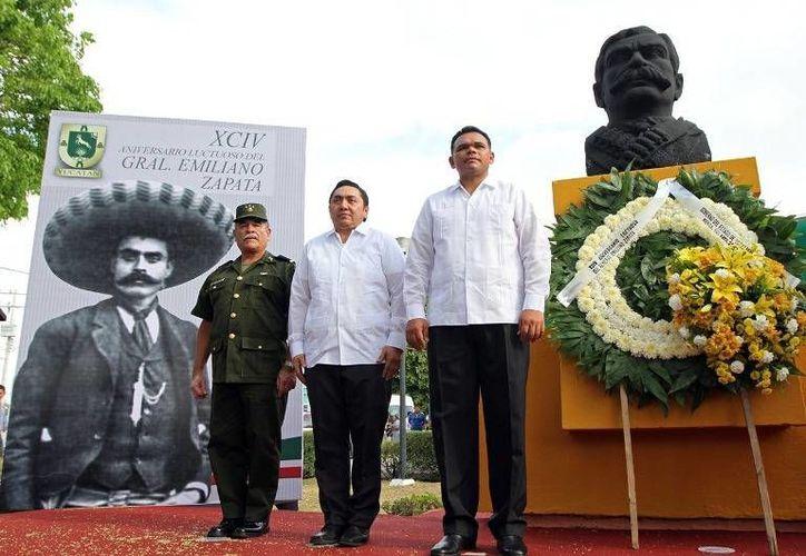 El gobernador Rolando Zapata, acompañado por autoridades civiles y militares, colocó una ofrenda floral ante el busto del prócer morelense y realizó una guardia de honor. (Cortesía)