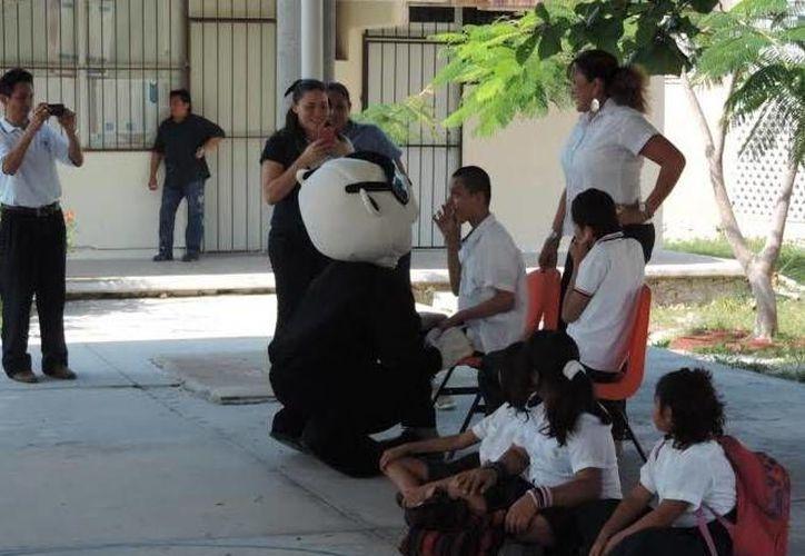 'Polipanda', la botarga de la Policía Municipal de Progreso, convive con niños del CAM 06 del puerto. (SIPSE)