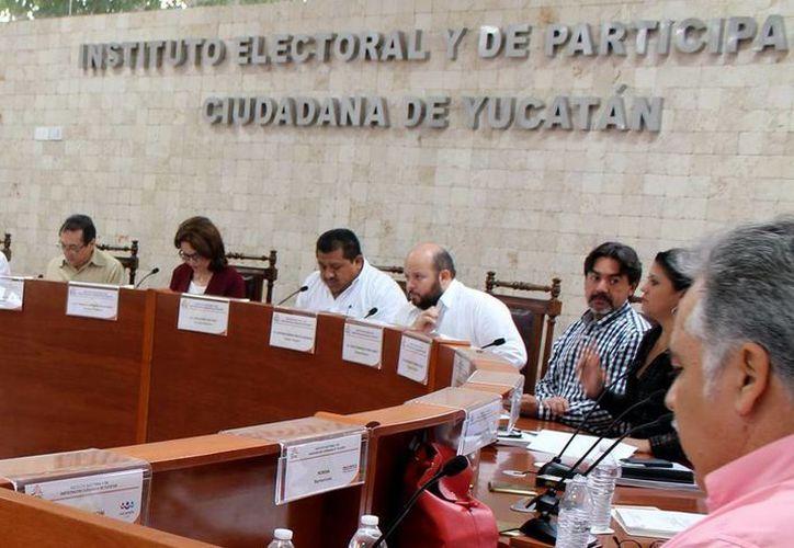 Sesión de ayer del Iepac en que se autorizó a los contendientes ciudadanos a la recabación del firmas. (Milenio Novedades)