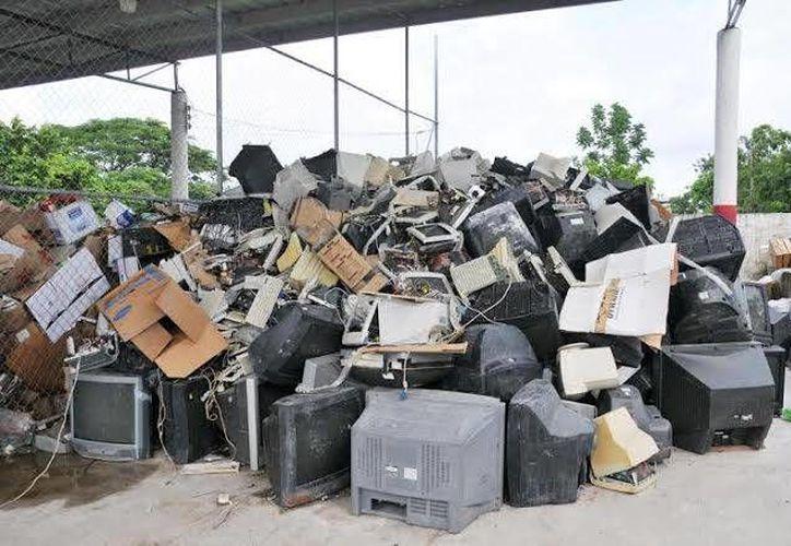 Casi nueve toneladas de electrodomésticos inservibles han sacado de la isla. (Cortesía/SIPSE)