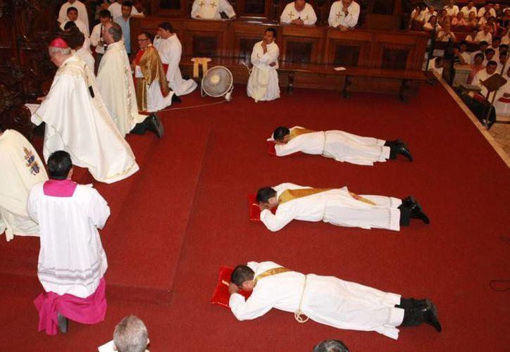 Los nuevos sacerdotes piden la intercesión de los santos. (Theani Ruz/SIPSE)