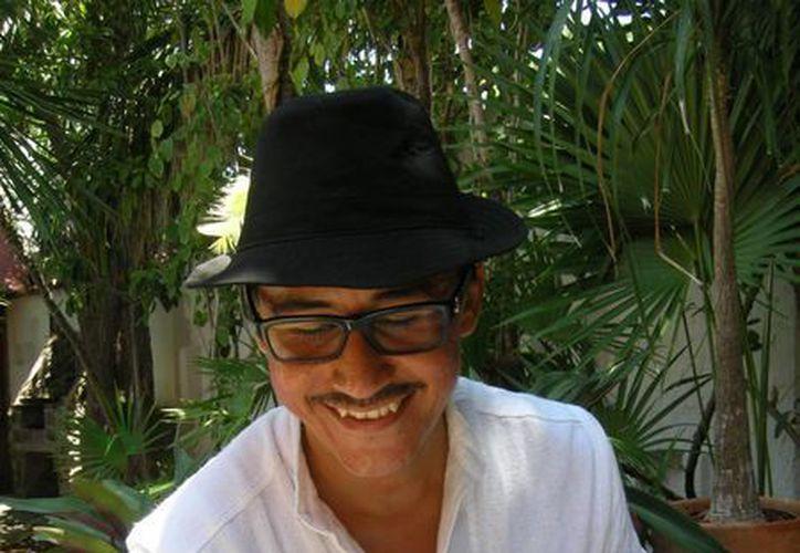 """París Gasca Santoyo, productor, director y protagonista del espectáculo """"Los cuentos del abuelo"""". (Redacción/SIPSE)"""