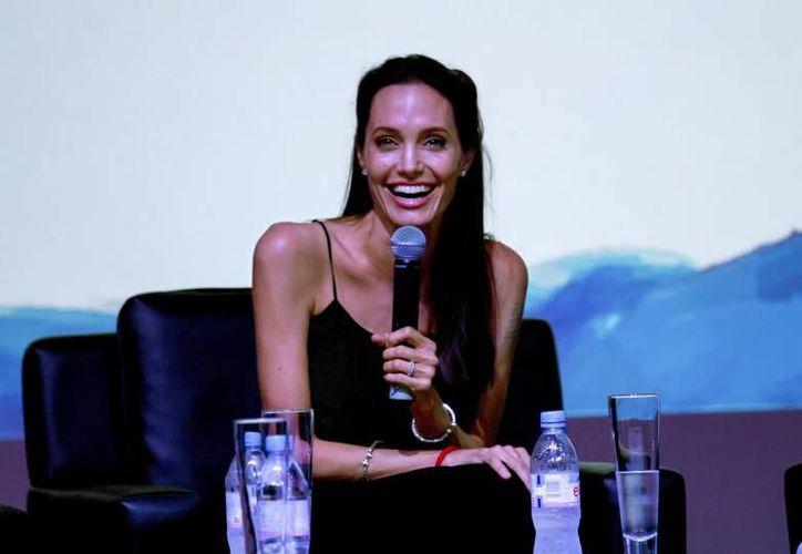 La actriz Angelina Jolie durante su participación en un coloquio de jóvenes cineastas en Camboya. Jolie actualmente se encuentra dirigiendo en este país una película sobre el régimen genocida del Jemer Rojo en la década de los setentas. (EFE)