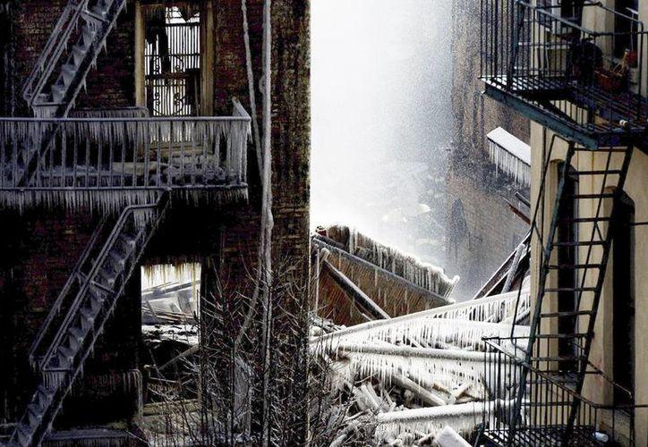 Imagen de la zona del incendio provocado por la explosión provocada por una fuga de gas en el barrio neoyorquino de Harlem. (EFE)