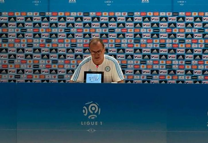 Marcelo Bielsa, tras el primer partido de la Ligue de Francia, renunció como director técnico del Olympique de Marsella. (Twitter: @OM_Officiel)