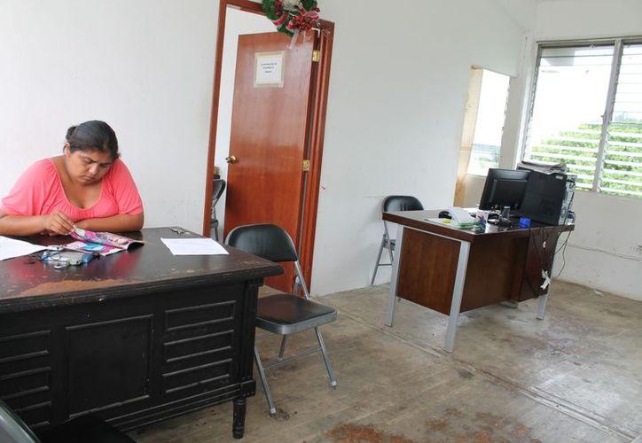 Algunas secretarias permanecen a cargo, pero no pueden recibir documentos hasta que se terminen las vacaciones. (Juan Carlos Gómez/SIPSE)