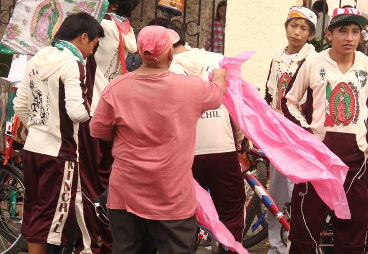 Muchos participantes de las peregrinaciones en honor de la Virgen de Guadalupe se mojaron por las lluvias.  (SIPSE)