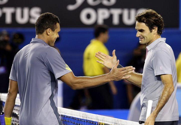 El suizo Roger Federer es felicitado por el francés Jo-Wilfried Tsonga tras el partido de cuartos de final del Abierto de Australia. (EFE)