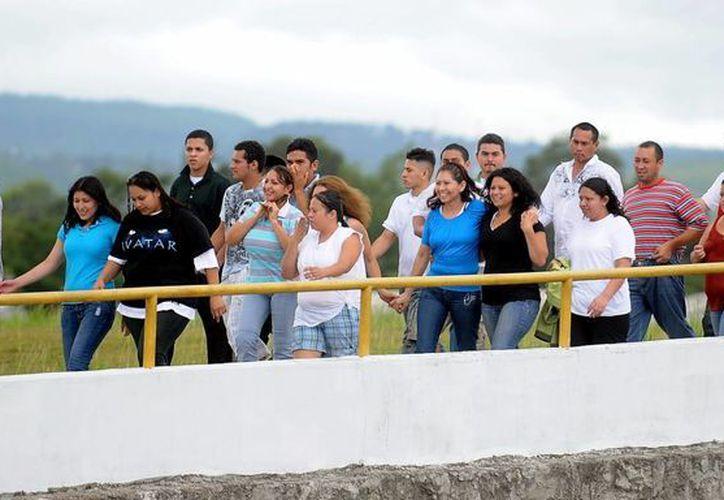 Ciudadanos hondureños caminan por una rampa del aeropuerto internacional de Toncontin en Tegucigalpa luego de regresar al país tras ser deportados de Estados Unidos. (Archivo/EFE)