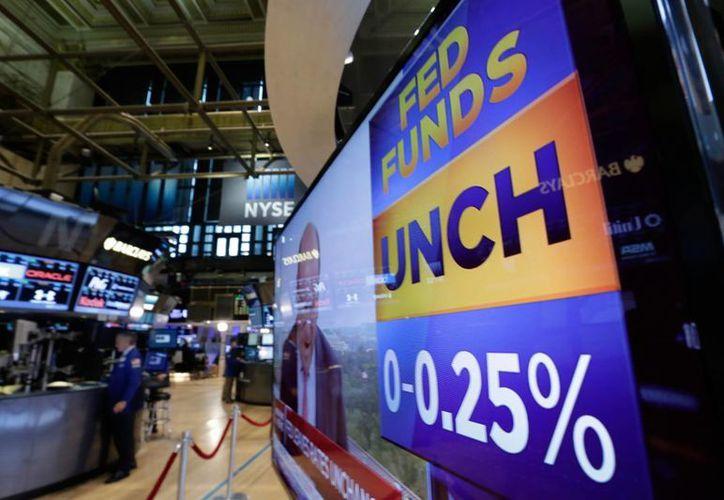 Las principales acciones en la Bolsa de Valores de Nueva York cerraron en alza el miércoles luego de que la Reserva Federal anunciara que mantendría su tasa referencial sin cambios. (Foto AP)
