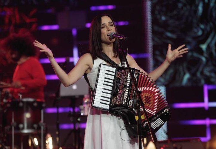 """'Los Momentos', el nuevo disco de Julieta Venegas salió a la venta en marzo pasado, con el lanzamiento de la canción """"Tuve para dar"""". (Archivo Notimex)"""