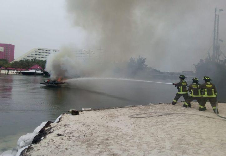Los bomberos acudieron para asegurarse que no hubiera peligro. (Redacción/SIPSE)