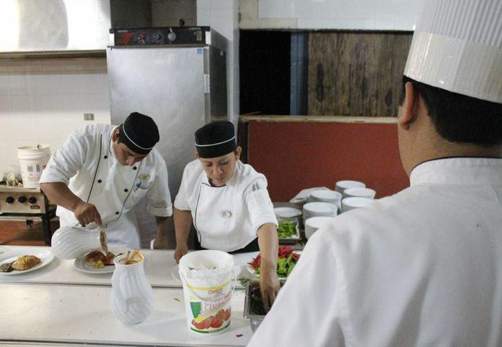 La zona hotelera funciona con 47 mil personas entre puestos operativos y administrativos. (Jesús Tijerina/SIPSE)