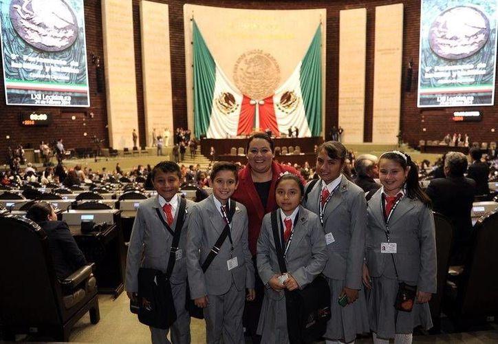 La diputada Cinthya Valladares Couoh con representantes de Yucatán en el Noveno Parlamento de las Niñas y los Niños, en el Congreso de la Unión. (Cortesía)