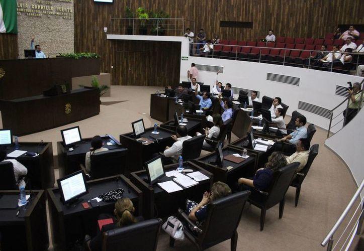 A los procesos penales emprendidos por la Auditoría Superior contra ocho expresidentes municipales por presunto desvío de recursos, el Congreso de Yucatán les dio este jueves el visto bueno por mayoría. (Milenio Novedades)