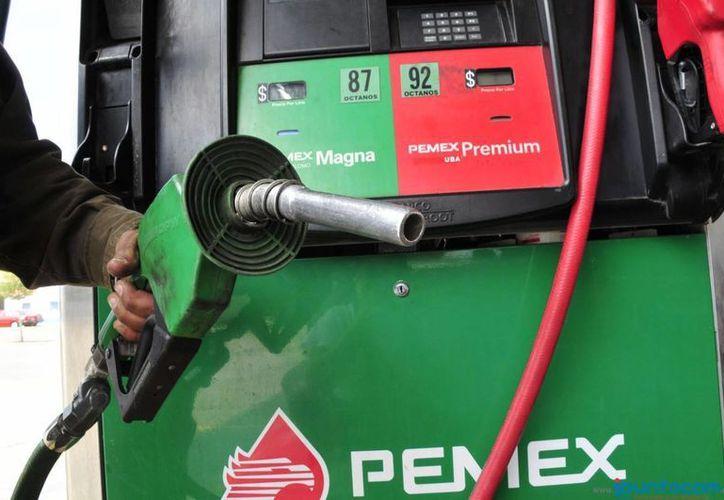 El aumento en las gasolinas Magna y Premium se explica porque el precio en México toma como referencia el valor de venta el EU con un mes de desfase. (Archivo/Notimex)