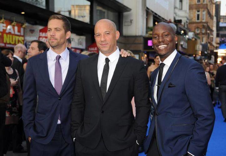 Vin Diesel (c) con su compañero y amigo Paul Walker (i), accidentado y muerto en 2013. El primero cantó en recuerdo del segundo en una entrevista. (zimbio.com)