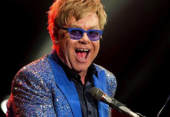 Elton John quiere cambiar el punto de vista del presidente ruso Vladimir Putin, quien rechaza a los homosexuales. (mirror.co.uk)