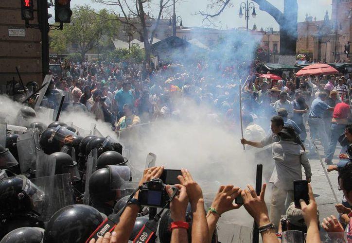 Maestros de la CNTE en Morelia durante un reciente choque con policías. (Notimex/Foto de contexto)