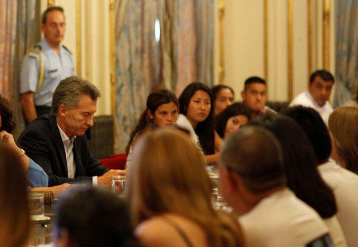 El presidente Mauricio Macri tuvo una reunión con los familiares de los tripulantes desaparecidos. (excelsior.com)