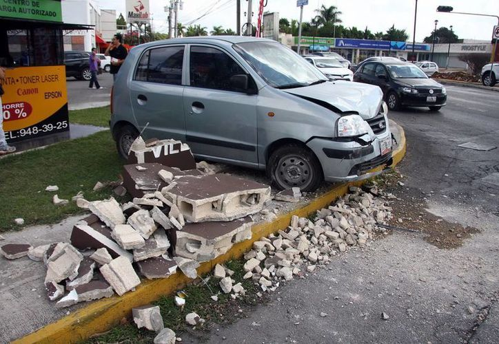 El Atos del joven que intentó huir tras dañar una lujosa camioneta quedó sobre la acera de una plaza comercial. (Jorge Pallota/SIPSE)