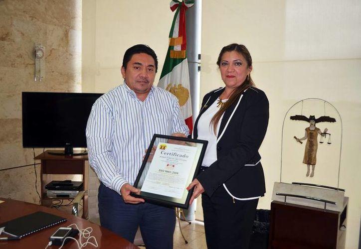 El CESC obtuvo hace dos años la certificación ISO9001:2008, siendo la única área del Poder Judicial del Estado con este logro. Imagen del magistrado Marco Celis acompañado de la directora del centro, Elma Gabriela Ávila Miranda. (Milenio Novedades)