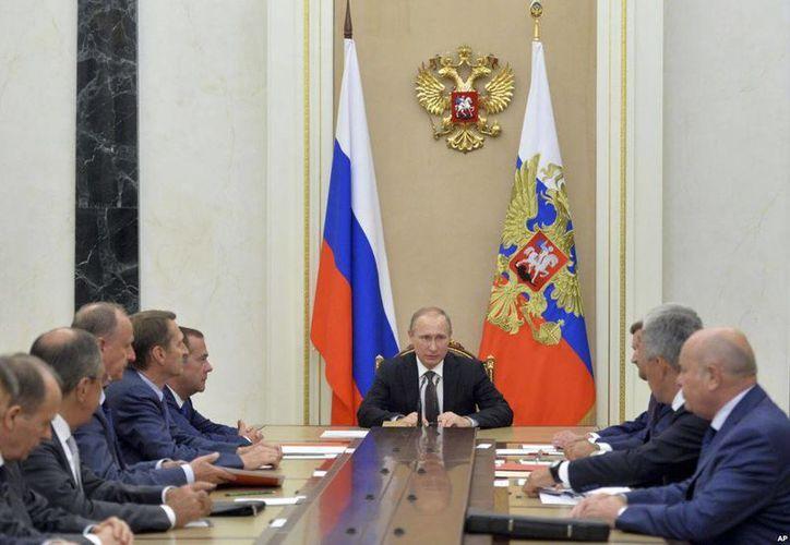 El mandatario ruso Vladimir Putin, centro, preside una reunión del Consejo de Seguridad en el Kremlin, Moscú. El gobierno ucraniano puso a su ejército en alerta de combate. (Alexei Druzhinin/Sputnik, Kremlin Pool Photo via AP)