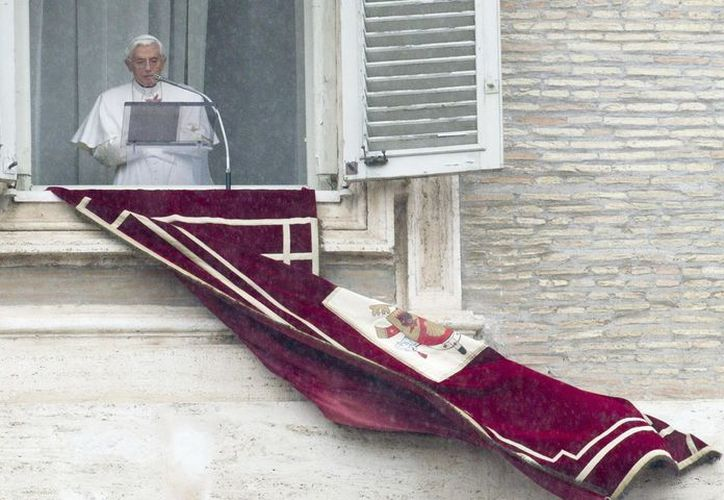 El papa Benedicto XVI durante el rezo del angelus de este domingo. (EFE)