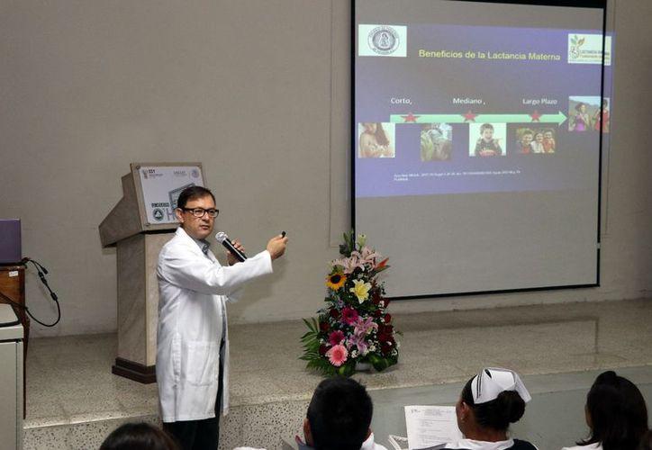 El Dr. Gerardo Salgols presentó una conferencia en el Colegio de Pediatras de Yucatán. (Daniel Sandoval/ Milenio Novedades)