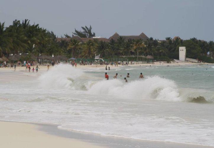 Olas de más de un metro de altura y  ráfagas de viento ahuyentaron los visitantes. (Octavio Martínez/SIPSE)