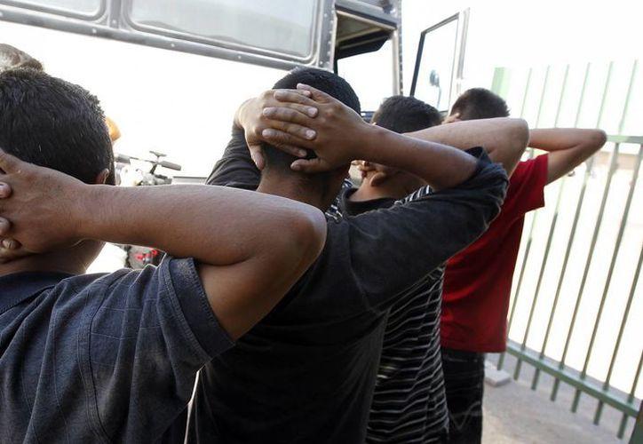 Imagen de inmigrantes atrapados por la Patrulla Fronteriza y que son procesados en Tucson, Arizona. (Agencias)